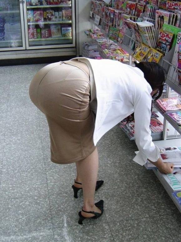 パツパツのタイトスカートからのおしりがエロい!【画像30枚】25_20180805235741c20.jpg
