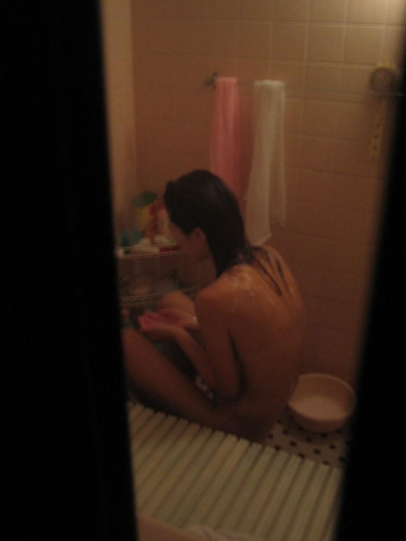 【民家盗撮】全裸で無防備になってる素人の入浴姿を盗み撮りした激ヤバ画像wwwwwww【画像30枚】25_20180824005042984.jpg
