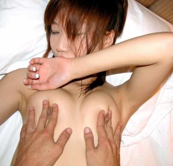 【集中攻め】敏感乳首をヤラれて気持ち良くなってる女の子wwwwwww【画像30枚】26_20180202002411bb6.jpg