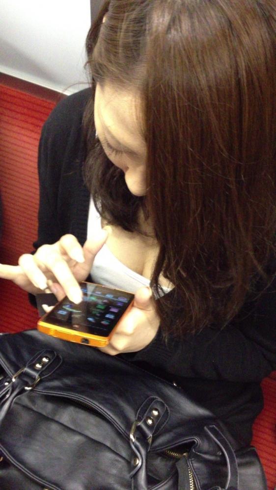 電車内でどうしても目に入る素人女子の胸チラがエロすぎるwwwwwww【画像30枚】26_20180327011513f42.jpg