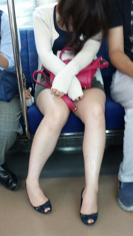 電車内で盗み撮りされた素人のパンチラ&太ももがコレwwwwwww【画像30枚】26_20180406003152ea4.jpg