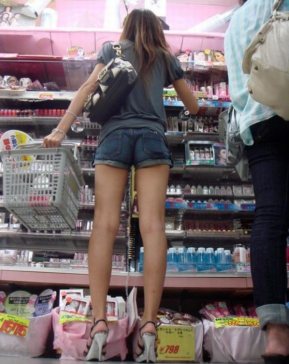 街でホットパンツの女の子を見るとどうしても目がいってしまうwwwwwww【画像30枚】26_20180609011051e76.jpg