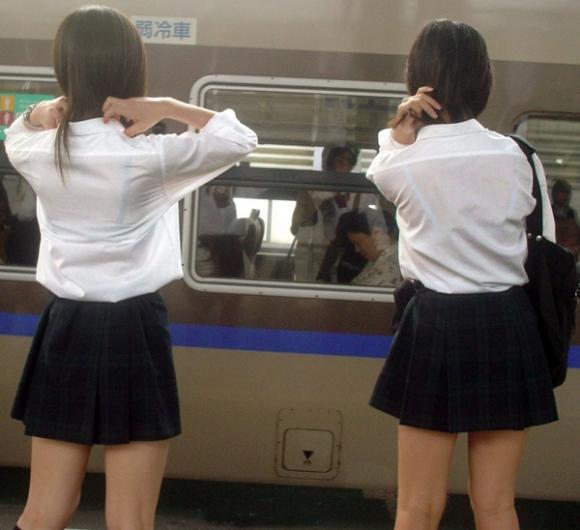 【女子校生】薄着になる夏はJKの透けブラを大量ゲットできる季節wwwwwww【画像30枚】26_20180726004058ed4.jpg