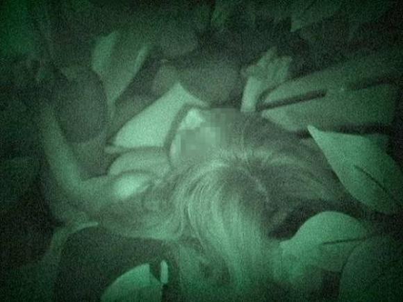 【青姦】野外でセックスしてるカップルを赤外線で盗撮wwwwwww【画像30枚】26_20180912173425d1d.jpg