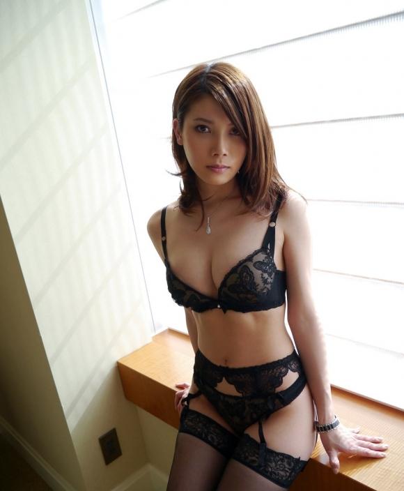 セクシーさが際立つ黒下着をまとった女性wwwwwww【画像30枚】26_201809140149291a8.jpg