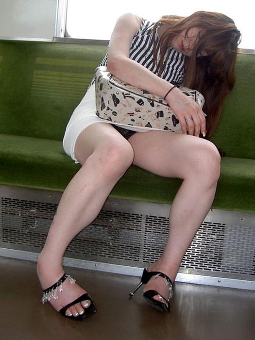 スカート履いてる女の子の気が緩むとすぐパンチラしちゃうwwwwwww【画像30枚】27_20171017115815319.jpg