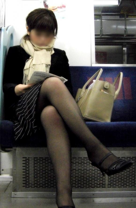【ガン見】電車で座ってる女の子の脚がエロくてどうしても見てしまうwwwwwww【画像30枚】27_201802230220546cd.jpg