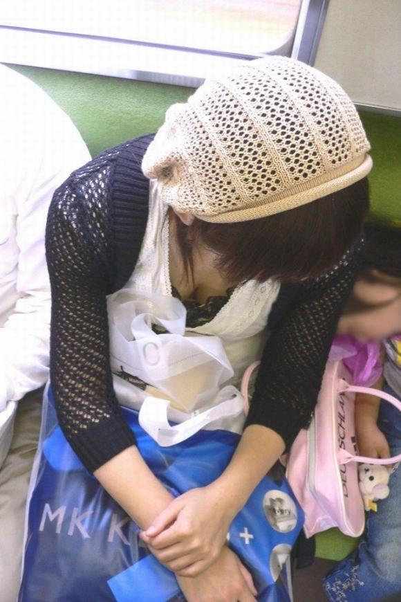 電車内でどうしても目に入る素人女子の胸チラがエロすぎるwwwwwww【画像30枚】27_20180327011513c1c.jpg