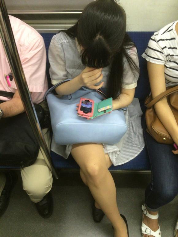 電車内で盗み撮りされた素人のパンチラ&太ももがコレwwwwwww【画像30枚】27_20180406003153d55.jpg