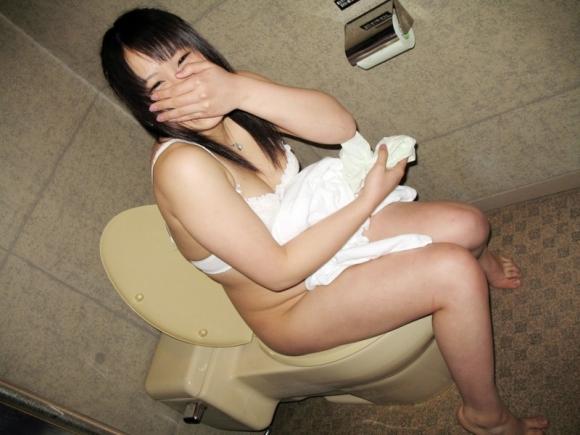 【流出画像】トイレに座ってる彼女をコソリ撮って晒す男グッジョブ!wwwwwww【画像30枚】27_2018050401405491e.jpg
