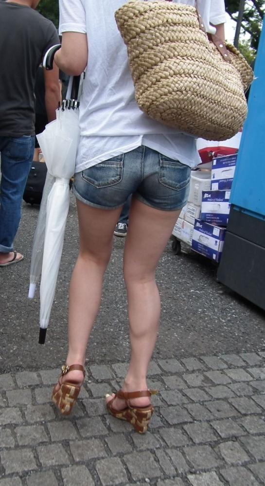 街でホットパンツの女の子を見るとどうしても目がいってしまうwwwwwww【画像30枚】27_20180609011052aec.jpg