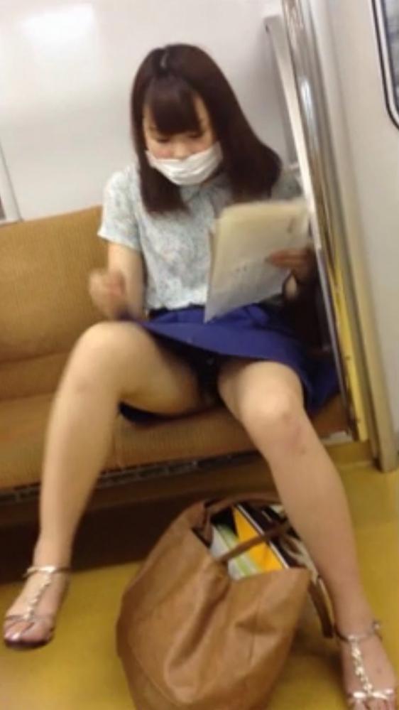 お股がユルくて対面の人にパンチラしちゃってる女の子wwwwwww【画像30枚】28_2017101401455607a.jpg