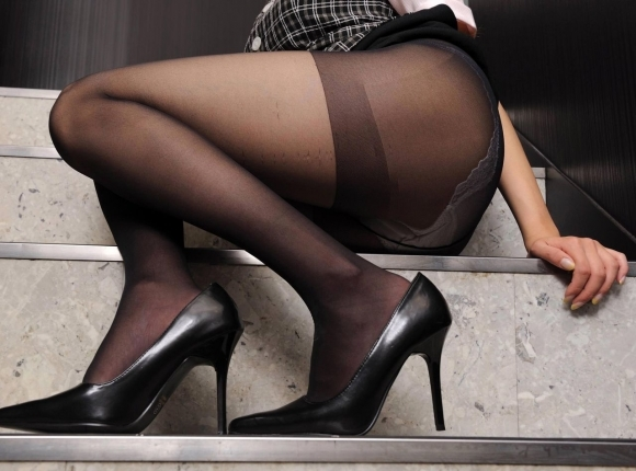 黒ストッキングを履いた美脚に足フェチ歓喜!wwwwwww【画像30枚】28_20171122015354982.jpg