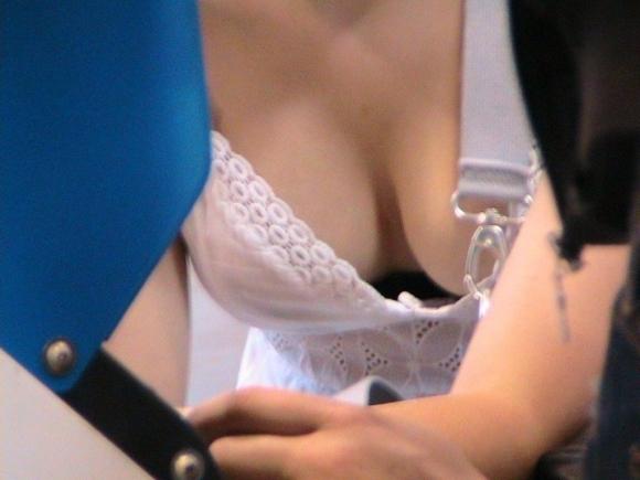 胸元がガッツリ開いて谷間が見える服を着てる女の子ってガン見してもOKよね?wwwwwww【画像30枚】28_201711270111137c2.jpg