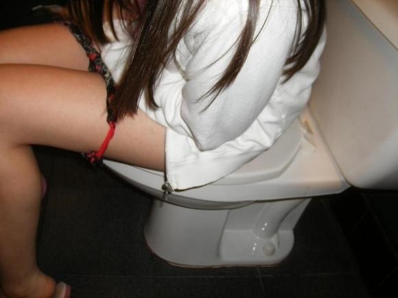トイレ中の女の子が見れるレアなチャンスwwwwwww【画像30枚】28_20171213010036f0f.jpg