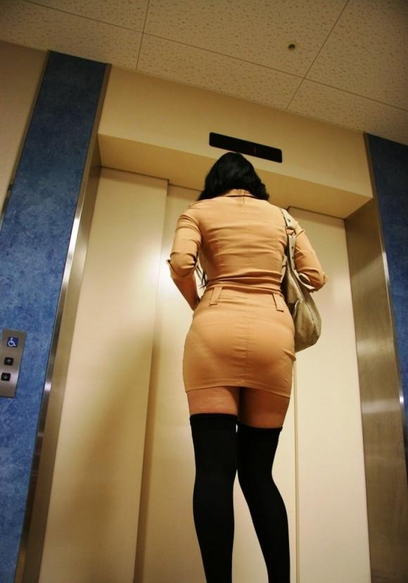 薄手のスカートからの透けパンティがくっそエロいwwwwwww【画像30枚】28_20180120012412ac1.jpg