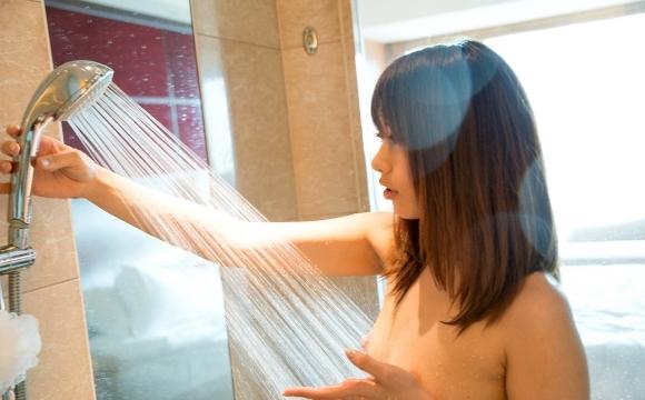 【お風呂エロ画像】シャワー浴びてる女の子がエロすぎてカオスwwwwwww【画像30枚】28_20180414010012e7c.jpg
