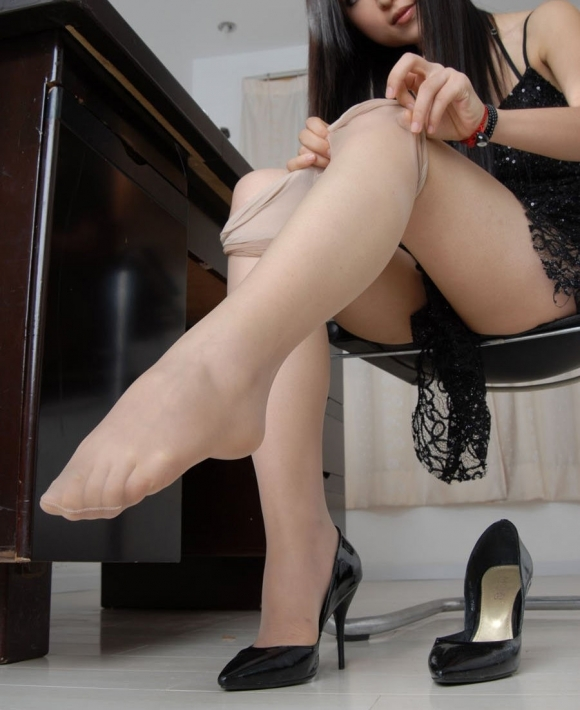 ストッキングを脱いでるお姉さんの脚がくっそエロく見えるwwwwwww【画像30枚】28_201805020243204cc.jpg