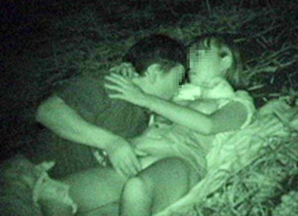 【青姦】野外でセックスしてるカップルを赤外線で盗撮wwwwwww【画像30枚】28_20180912173428177.jpg