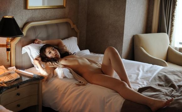 こんなエッチな雰囲気でベッドにいたら襲いたくなっちゃうwwwwwww【画像30枚】28_2018091922291102b.jpg