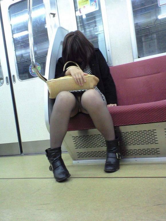 お股がユルくて対面の人にパンチラしちゃってる女の子wwwwwww【画像30枚】29_2017101401455707c.jpg