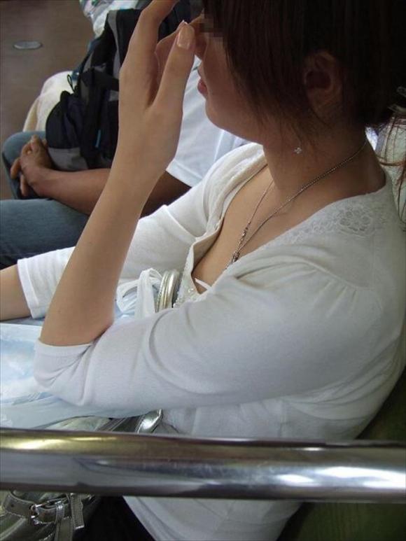 【ガン見】よく見たら電車内で胸チラしてる素人女子がいっぱいいる件wwwwwww【画像30枚】29_2018021020571529b.jpg