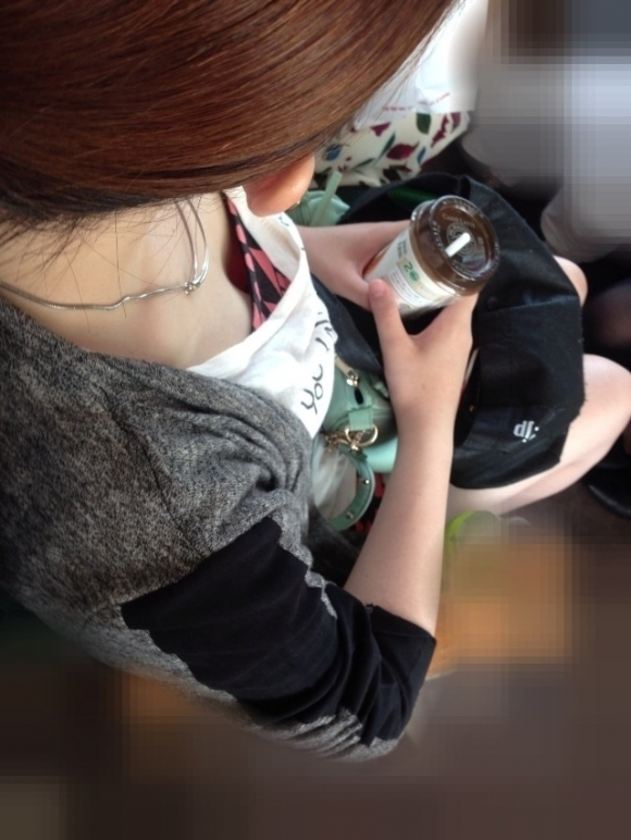 電車内でどうしても目に入る素人女子の胸チラがエロすぎるwwwwwww【画像30枚】29_201803270115170b7.jpg
