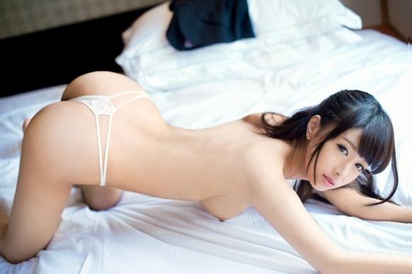 ベッドの上でおっぱい丸出しになってセックスの準備満タンな女の子wwwwwww【画像30枚】29_20180408001732077.jpg