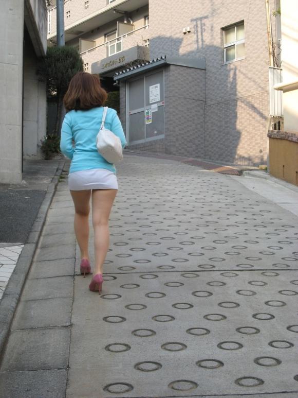 スカートが短すぎて『自分からパンツ見せにきてる』女の子wwwwwww【画像30枚】29_2018051101152579d.jpg