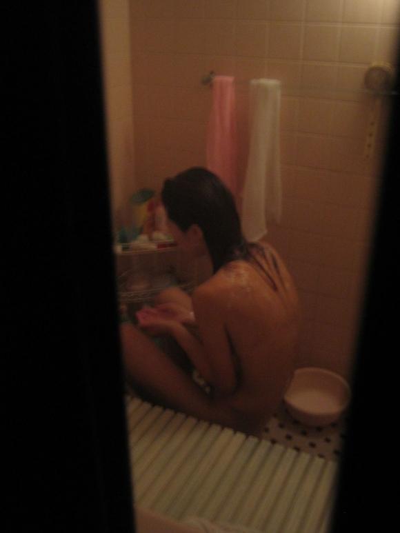【民家盗撮】ガチ素人のお風呂を覗き見するとかヤバいだろwwwwwww【画像30枚】29_201805240152211d0.jpg
