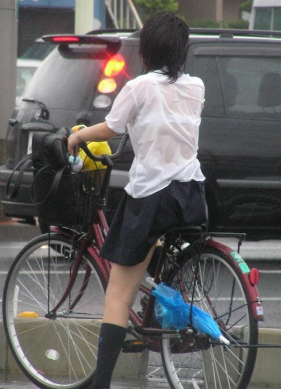 【女子校生】薄着になる夏はJKの透けブラを大量ゲットできる季節wwwwwww【画像30枚】29_2018072600410333b.jpg