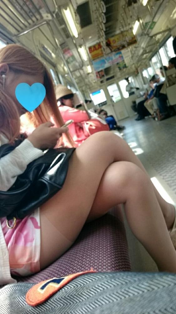 【ガン見】電車で座ってる女の子の脚がエロくてどうしても見てしまうwwwwwww【画像30枚】30_201802230220597a2.jpg
