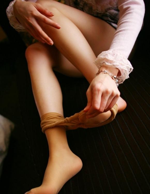 ストッキングを脱いでるお姉さんの脚がくっそエロく見えるwwwwwww【画像30枚】30_20180502024323a48.jpg