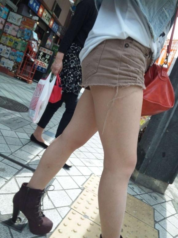 街でホットパンツの女の子を見るとどうしても目がいってしまうwwwwwww【画像30枚】30_2018060901105782c.jpg