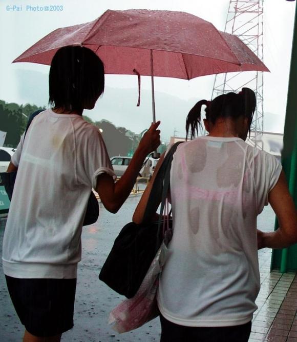 【女子校生】薄着になる夏はJKの透けブラを大量ゲットできる季節wwwwwww【画像30枚】30_201807260041044f5.jpg