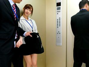 上司を誘惑痴女OL エレベーターでこっそり手コキフェラチオ!天使もえ
