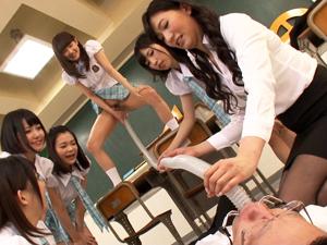 絶対権力の女子生徒会と女性顧問にホースで聖水を飲まされ制裁される男性教師!