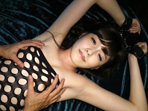 【橋本ありな】エロコス美少女の両手を拘束して敏感オッパイを揉みまくっちゃいます!