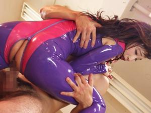 【蓮実クレア】巨乳が際立つキャットスーツにチンコを擦られ激しくハメまくる3Pセックス