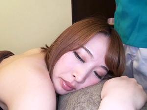 【本田岬】応募してきた素人M男の要望でマッサージされながらチンポを押し当てられる巨乳美女