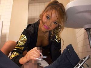 【一ノ瀬夏摘】男子トイレで援交を強要して洗ってない汚マンコ顔騎で感じる黒ギャルヤンキー