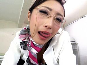 【神納花】メガネの女社長が社員のチンポの大きさ・カタチ・感度をチェックするため下品すぎる爆音フェラチオ!