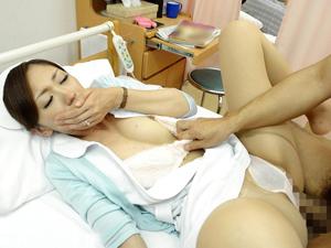 【柏木ゆり】弱みを握られた看護婦が仕事中のパンツの中にローターを仕込まれ他の患者がいるのにフェラ奉仕&SEXを強要される