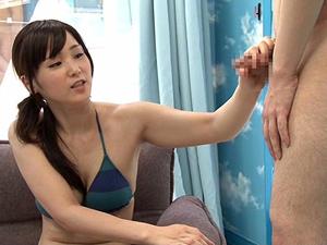 【木島すみれ】ビーチで声をかけた美巨乳人妻がマジックミラー号で童貞クンの筆おろしSEXにチャレンジ!