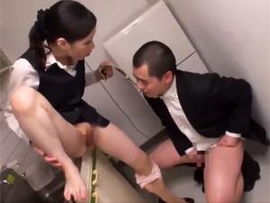 二宮和香 痴女OLが給湯室で後輩社員にセンズリを強要!フェラ抜き口内発射ザーメンを口移し!