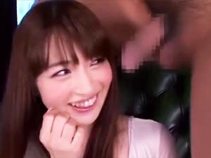 【新山沙弥】人見知りだという美少女に至近距離でチンポを見せつけ辱め手コキしてもらいます!