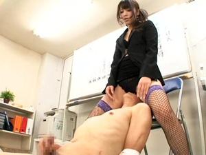 出来の悪い部下に顔面騎乗でお仕置きしてチンポをシゴかせる女上司 桜井あゆ