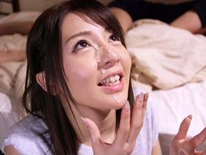【白咲ゆず】家に連れてきた会社の新人が嫁にちんこをしゃぶらせ顔面に精液をぶっかけてる衝撃…