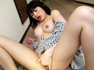 【春原未来】旅館の女将がマンコを開いてお客を誘惑してチンポにしゃぶりつき口内発射ザーメンを膣穴に押し込んで変態オナニー