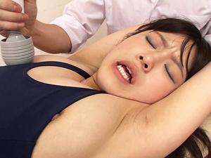 【涼海みさ】スクール水着美少女が鬼畜生徒たちに電マで責められ口にチンポを突っ込まれザーメンをぶっかけられる!